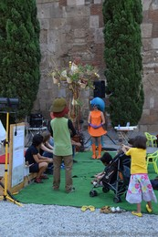 Kids' Play Performed in front of Barcelona Cathedral.jpg