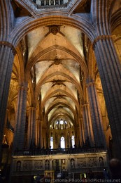 Concentric Arches inside Barcelona Cathedral.jpg