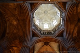 Octagonal Dome inside Barcelona Cathedral.jpg