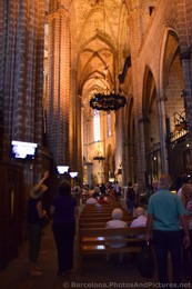 Rows and Benches inside one wing of Barcelona Cathedral.jpg