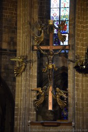 Crucifix Cross Above Chancel of Barcelona Cathedral.jpg