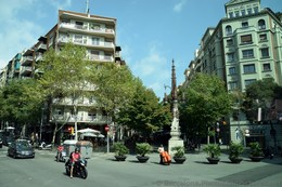 Barcelona Lampost Sculpture.jpg