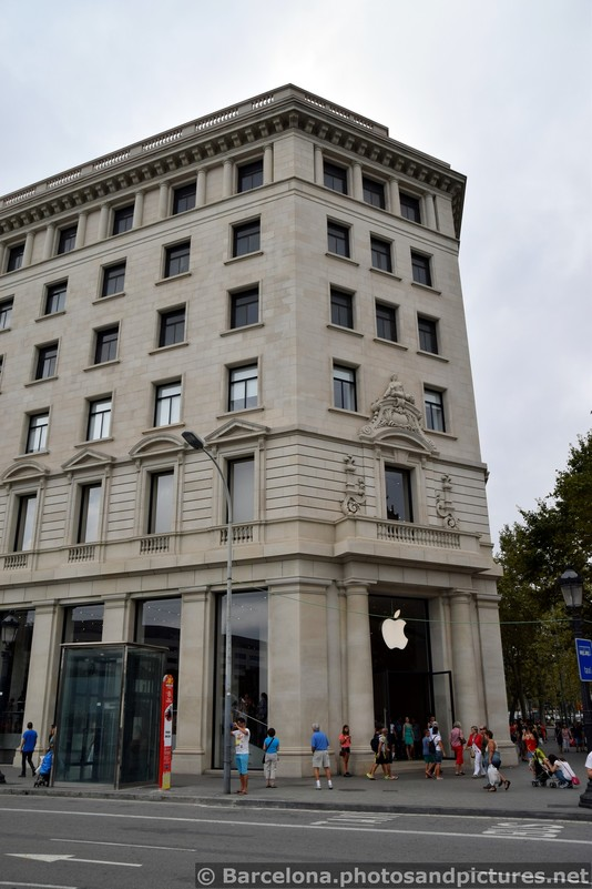 Catalunya Square Apple Store.jpg